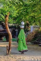 Inde, Gujarat, Kutch, village de Hodka, population d'ethnie Meghwal, porteuse d'eau // India, Gujarat, Kutch, Hodka village, Meghwal ethnic group