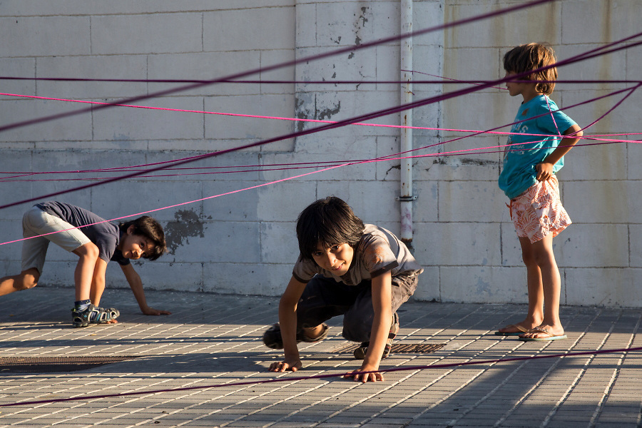 /EN/ The children of the neighbourhood are often playing on the street. /ES/ Los niños del barrio suelen jugar en la calle.