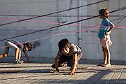 /EN/ The children of the neighbourhood are often playing on the street. /ES/ Los niños del barrio suelen jugar en la calle.