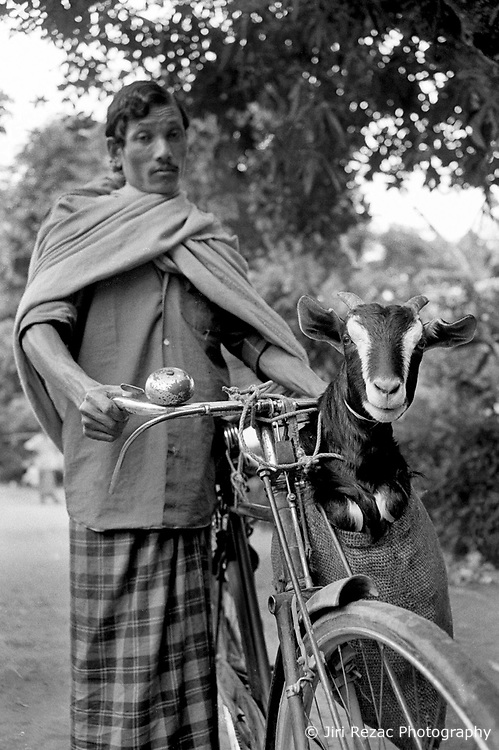 BANGLADESH DINAJPUR DISTRICT KAHAROL THANA AUG94 - A Hindu man carries his goat on a bicycle to sell it on the local village market...jre/Photo by Jiri Rezac..© Jiri Rezac 1994