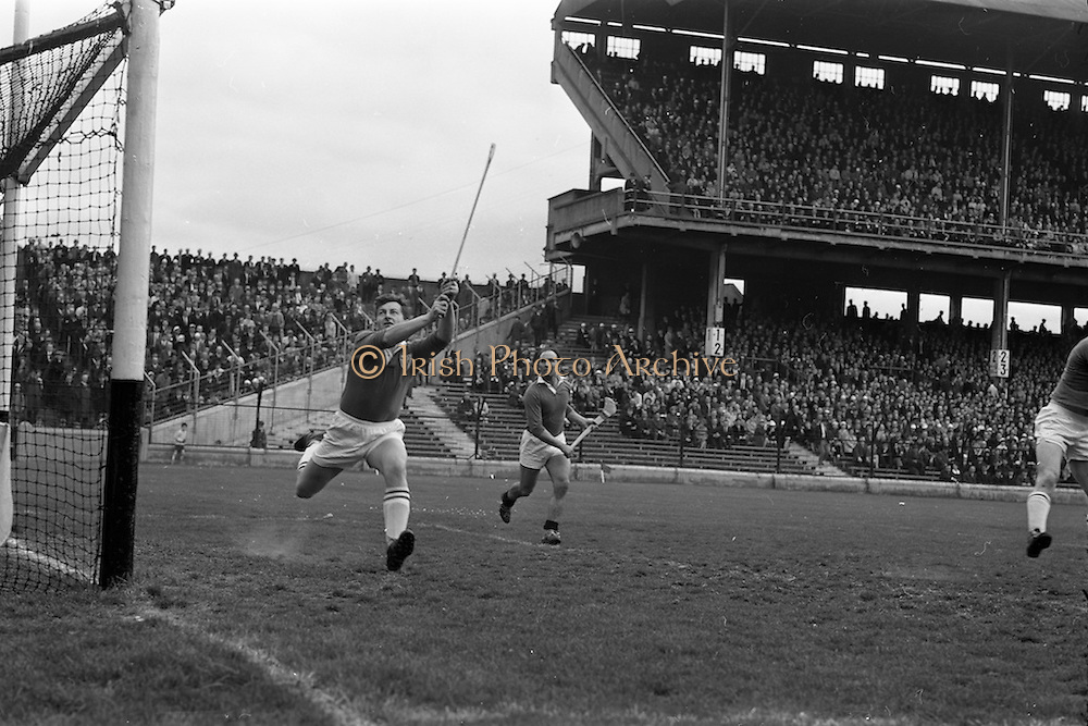 30/04/1967<br /> 04/30/1967<br /> 30 April 1967<br /> National Hurling League, Division II Final: Meath v Kerry at Croke Park, Dublin.<br /> Meath goalie, J. Smith, on the left.