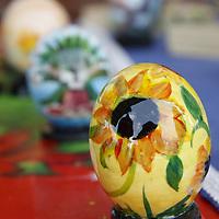 ALMOLOYA DE JUAREZ, Mex.- Como parte del trabajo de readaptación social que se lleva a cabo en el Penal de Santiaguito, Juan Carlos Buenfil Vargas se dedica  a pintar paisajes, motivos navideños y caricaturas en  cascarones de huevos, plumas, tortillas y nueces, asegura que es una forma de  cambiar la tristeza por los colores. Agencia MVT / Crisanta Espinosa. (DIGITAL)<br /> <br /> NO ARCHIVAR - NO ARCHIVE