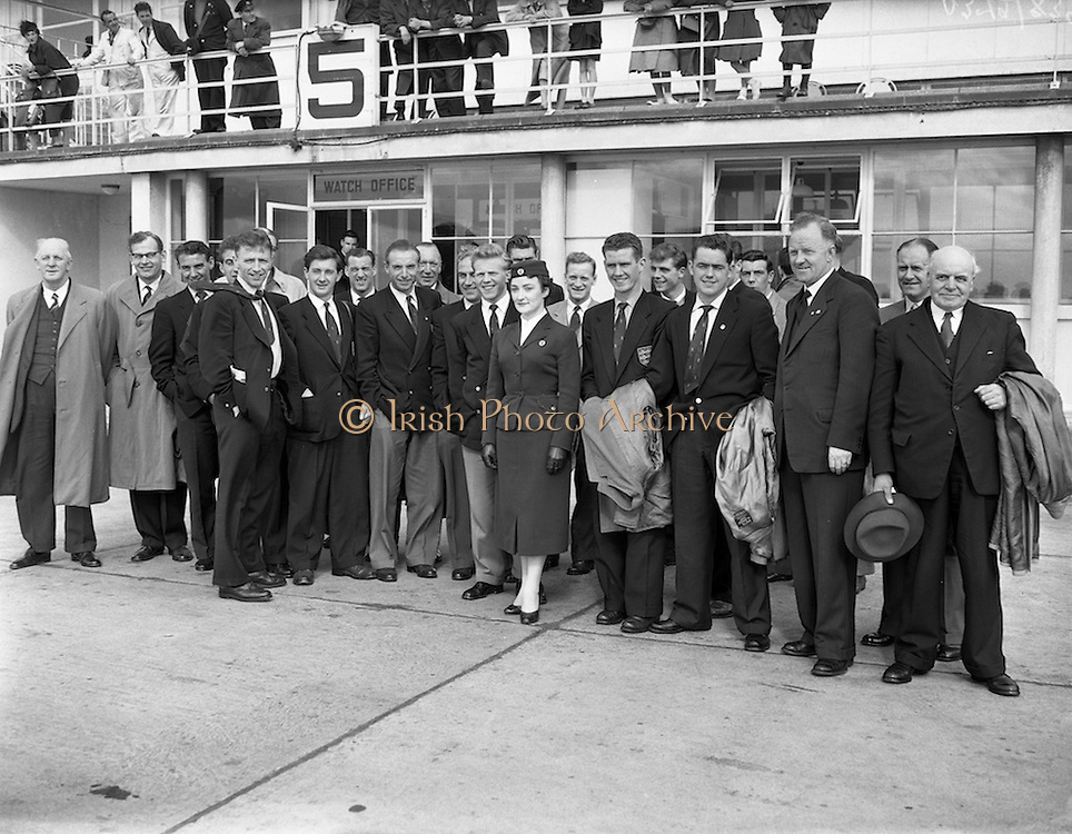 17/05/1957<br /> 05/17/1957<br /> 17 May 1957<br /> The English soccer team to play Ireland in the World Cup Qualifier (19/05/1957) arrive in Ireland. At Dublin Airport.