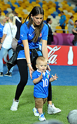 24.06.2012, Olympia Stadion, Kiew, UKR, UEFA EURO 2012, England vs Italien, Viertelfinale, im Bild Carlolina CASSANO con il figlio a fine gara (Italia) // during the UEFA Euro 2012 Quarter Final Match between Enland and Italy at the Olympic Stadium, Kiev, Ukraine on 2012/06/24. EXPA Pictures © 2012, PhotoCredit: EXPA/ Insidefoto/ Alessandro Sabattini..***** ATTENTION - for AUT, SLO, CRO, SRB, SUI and SWE only *****