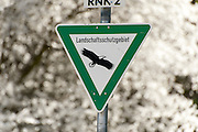 Schild Landschaftsschutzgebiet, blühender Obstbaum, Laudenbachtal, Laudenbach, Bergstraße, Baden-Württemberg, Deutschland | sign nature reserve, flowering fruit tree, Laudenbach valley, Laudenbach, Bergstrasse, Baden-Wuerttemberg, Germany