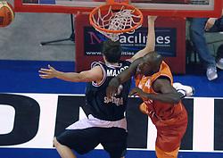 26-08-2005 BASKETBAL: NEDERLAND-BELGIE: GRONINGEN<br /> Nederland kan zich gaan opmaken voor een extra toernooi in Belgrado, waar de laatste strohalm moet worden gepakt ter handhaving in de A-groep. Dat is het gevolg van de 51-62 nederlaag / Fransisco Elson en Gerit Major<br /> ©2005-www.fotohoogendoorn.nl
