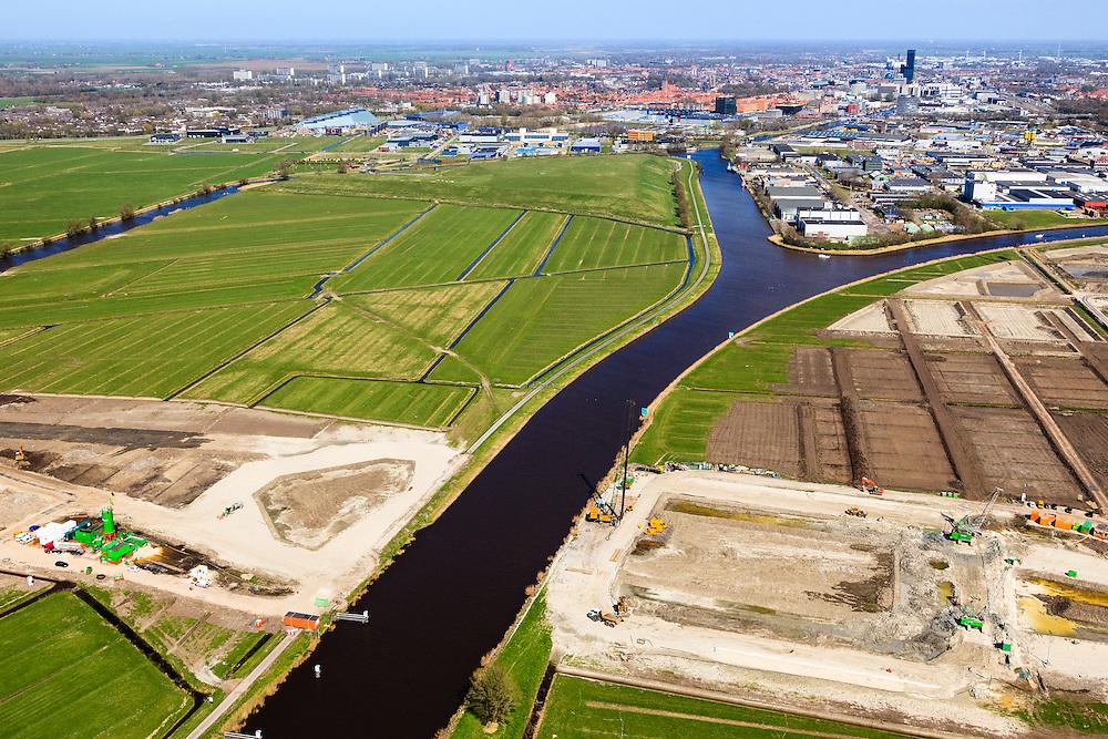 Nederland, Friesland, Leeuwarden, 01-05-2013; aanleg N31 de Haak om Leeuwarden. Bouw aquaduct Van Harinxmakanaal, Leeuwarden in de achtergrond..De nieuwe rijksweg vormt de verbinding tussen de huidige A31 bij Marsum en de N31 bij Hemriksein (Wâldwei)..Construction of new motorway  N31 near Leeuwarden (back), crossing channel Harinxmakanaal, construction of an aqueduct..luchtfoto (toeslag op standard tarieven).aerial photo (additional fee required).copyright foto/photo Siebe Swart