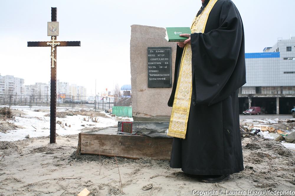 Lors de l'évacuation de la ville de Prypyat, ville où habitaient 45.000 personnes qui travaillaient sur la centrale, une majorité des familles ont été installés dans le quartier de Troieschyna, à Kiev. Une stèle est érigée en hommage aux « liquidateurs » sur un terrain vague du quartier de Troieschyna ; La cérémonie est l'occasion de récolter des fonds pour construire un monument sur ce terrain. Le pope qui officie lors de la cérémonie est un ancien de Tchernobyl.