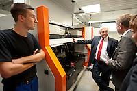 07 AUG 2009, CHEMNITZ/GERMANY:<br /> Frank-Walter Steinmeier (M), SPD, Bundesaussenminister und Kanzlerkandidat, und Tino Petsch (R) Vorstandsvorsitzender 3D-Micromac AG, im Gespraech, waehrend dem Besuch der 3D-Micromac AG, Smart Systems Campus, im Rahmen der Sommerreise zur Bundestagswahl 2009<br /> IMAGE: 20090807-01-173<br /> KEYWORDS: Wahlkampf, Bundestagswahl 2009, Gespräch