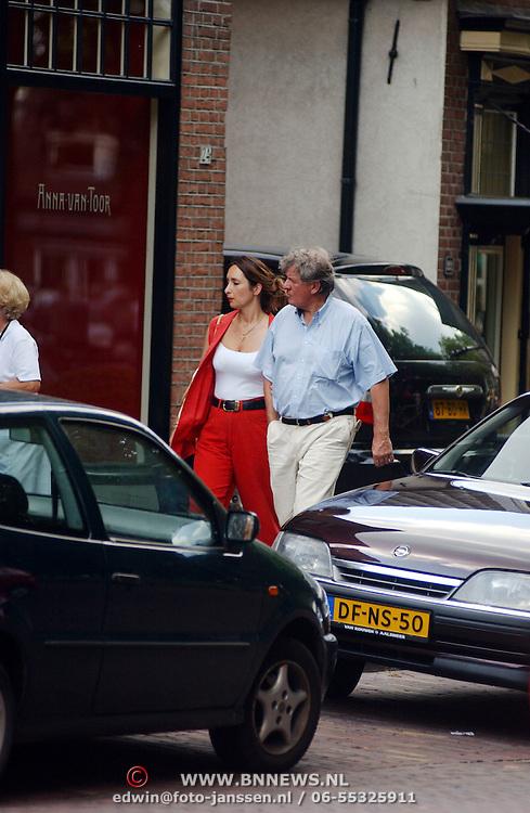 Willibrord Frequin en vriendin Susanne Rastin winkelend in Laren