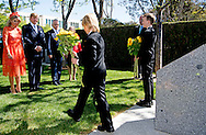2-11-2016 CANBERRA King Willem-Alexander and Queen Maxima of The Netherlands visits the MH17 monument and lay down a sunflower at the monument to pay respect to the victims of the MH17 plane disaster from 14 july 2014 that killed 193 Dutch and 27 Australian passengers, Canberra, 2 November 2016. After the memorial the King and Queen meet representatives of the Australian emergency services. The Dutch King and Queen are in Australia for an 5 day state visit. COPYRIGHT ROBIN UTRECHT staatsbezoek van koning willem alexander en koningin maxima aan australie  De Koning en Koningin leggen elk een zonnebloem neer en betuigen respect. Vervolgens leggen de heer Turnbull en zijn echtgenote elk een zonnebloem neer. MH17 Monument MH17 monument en ontmoeting vertegenwoordigers Australische (hulp)diensten