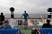 Nederland, Holwerd, Ameland, 21-8-2010Vanaf de veerboot de Sier hebben passagiers mooi zicht op de lage waddenzee.Foto: Flip Franssen/Hollandse Hoogte