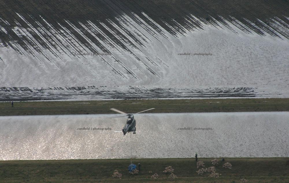 Ein Hubschrauber der Bundespolizei fliegt die vom Hochwasser gefährdeten Jeetzeldeiche bei dannenberg an und lädt Sandsäcke ab...A helicopter drops down sand bags to protect the area from floods.