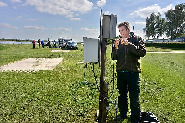 Nederland, Gendt, 3-6-2013Op camping Waalstrand is men bezig de elektriciteit te ontkoppelen vanwege het verwachte hoogwater in de Waal. De meeste caravans zijn al naar hoger land verplaatst.Foto: Flip Franssen/Hollandse Hoogte