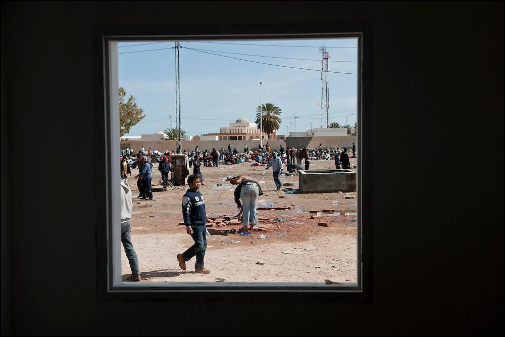 Vue depuis un batiment désaffecté au poste frontière de Ras Jedir. Plus de 140 000 réfugiés ont déjà quitté la Libye par la Tunisie ou l'Egypte et des milliers continuent d'arriver chaque jours. Jeudi 3 Mars 2011, Ras Jedir, Tunisie..© Benjamin Girette/IP3 press