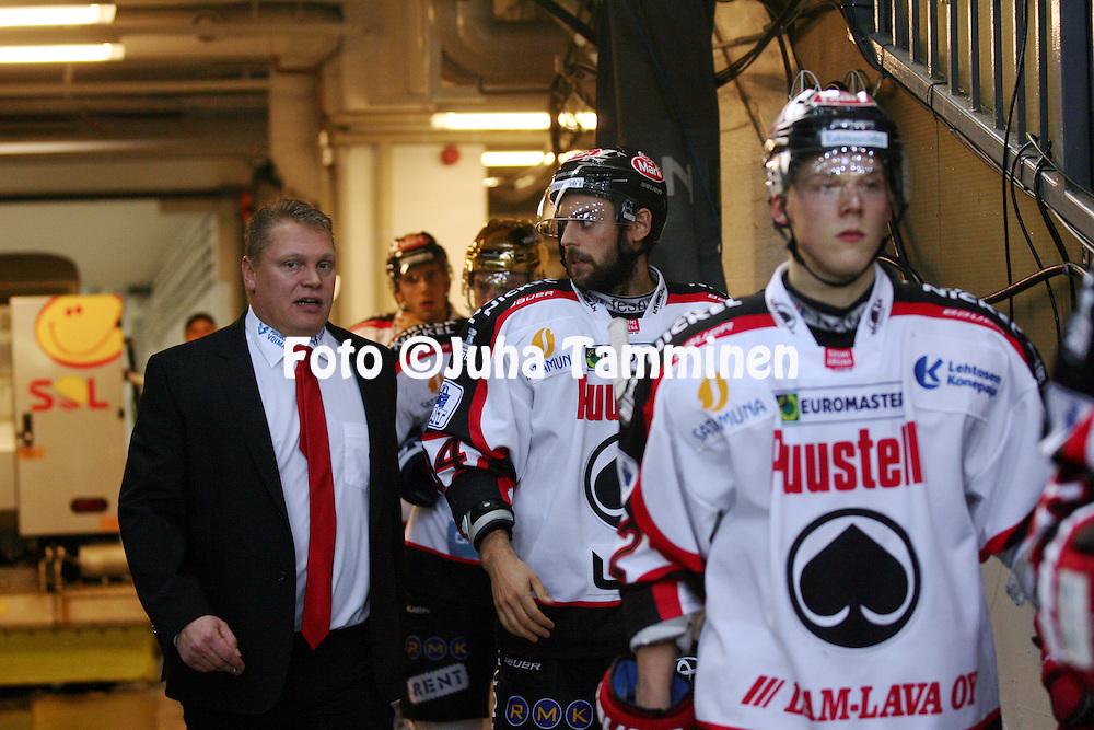 25.10.2013, Hakamets&auml;n j&auml;&auml;halli, Tampere.<br /> J&auml;&auml;kiekon SM-liiga 2012-13. Ilves - &Auml;ss&auml;t.<br /> Valmentaja Pekka Virta &amp; Dragan Umicevic - &Auml;ss&auml;t