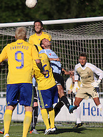 FODBOLD: Max von Schlebrügge (Brøndby) når højere end Michael Gorm Nielsen (Helsingør) under opvisningskampen mellem Elite 3000 Helsingør og Brøndby IF den 16. juni 2010 på Helsingør Stadion. Foto: Claus Birch