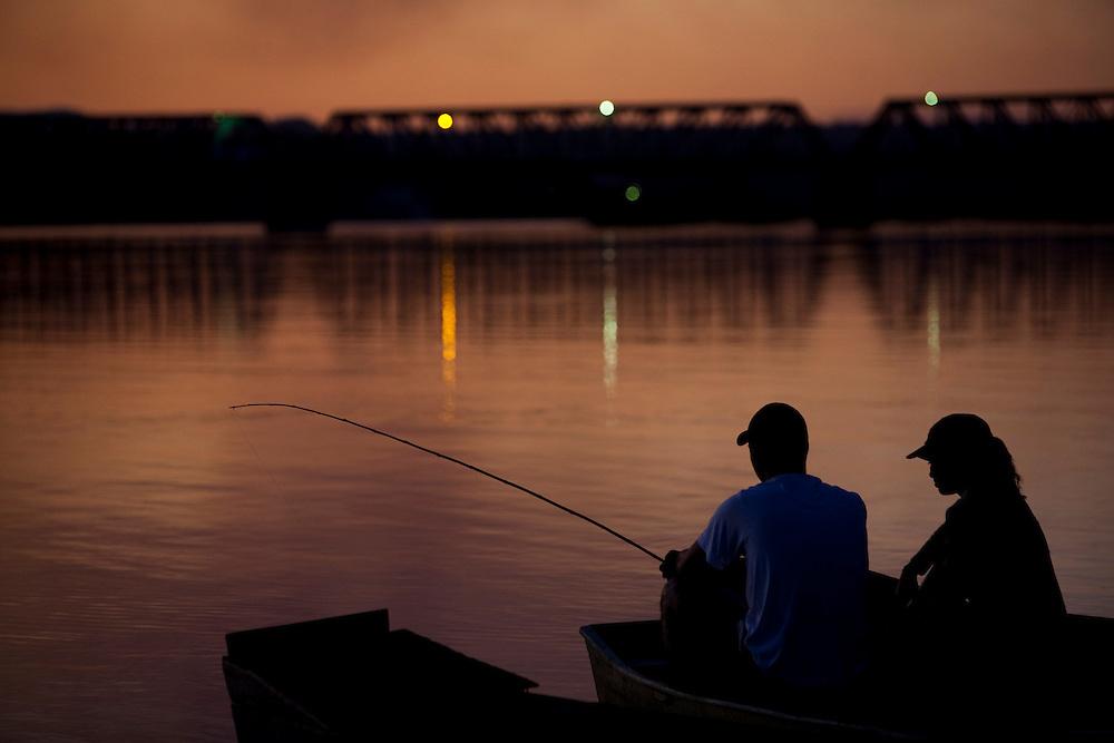 Pirapora_MG, Brasil...Rio Sao Francisco em Pirapora ao anoitecer. Na foto casal pescando...The Sao Francisco River in Pirapora at the dusk. In this photo, a couple fishing...Foto: LEO DRUMOND / NITRO