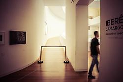 Visitação no segundo andar da Fundação Iberê Camargo em Porto Alegre, prédio do arquiteto português Álvaro Siza que conquistou, em 2002, o Leão de Ouro da Bienal de Arquitetura de Veneza. Atualmente a Fundação passa por problemas e a única exposição e do acervo próprio do Iberê Camargo. FOTO: Jefferson Bernardes/ @AgenciaPreview