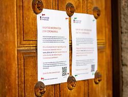 10.03.2020, Innsbruck, AUT, Maßnahmen zum Corona Virus in Österreich, Med Uni Innsbruck stellt auf home-learning um, im Bild Hinweisschild zum Corona Virus am Haupteingang der Leopold-Franzens-Universität Innsbruck // Corona virus sign at the main entrance to the Leopold-Franzens-University Innsbruck due to the Corona Virus measures, Med Uni Innsbruck is switching to home learning. Innsbruck, Austria on 2020/03/10. EXPA Pictures © 2020, PhotoCredit: EXPA/ Johann Groder