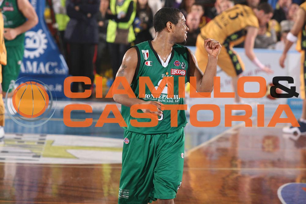 DESCRIZIONE : Porto San Giorgio Lega A1 2007-08 Premiata Montegranaro Montepaschi Siena <br /> GIOCATORE : Terrell Mc Intyre <br /> SQUADRA : Montepaschi Siena <br /> EVENTO : Campionato Lega A1 2007-2008 <br /> GARA : Premiata Montegranaro Montepaschi Siena <br /> DATA : 20/01/2008 <br /> CATEGORIA : Esultanza <br /> SPORT : Pallacanestro <br /> AUTORE : Agenzia Ciamillo-Castoria/G.Ciamillo