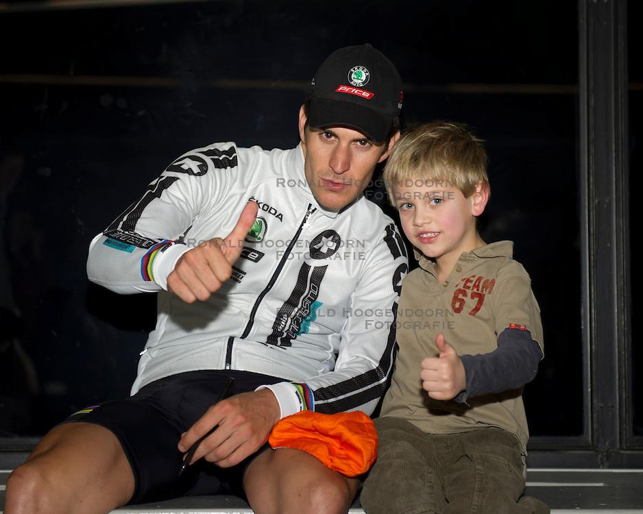 08-01-2012 WIELRENNEN: RABOBANK ZESDAAGSE: ROTTERDAM<br /> Franco Marvulli SUI met een jonge fan<br /> (c)2012-FotoHoogendoorn.nl / Peter Schalk