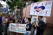 Frankfurt am Main | 05 July 2014<br /> <br /> Am Samstag (05.07.2014) demonstrierten am Domplatz in Frankfurt am Main etwa 25 Menschen f&uuml;r die Unabh&auml;ngigkeit der Ukraine und gegen den Einfluss von Russland.<br /> Hier: Demonstranten mit einem Plakat mit der Aufschrift &quot;Putin Stop - Heute Ukraine - Morgen Europa&quot; und einem Hakenkreuz, ein weiterer Teilnehmer mit einem pro-TTIP-Transparent.<br /> <br /> [Foto honorarpflichtig, kein Model Release]<br /> <br /> &copy;peter-juelich.com