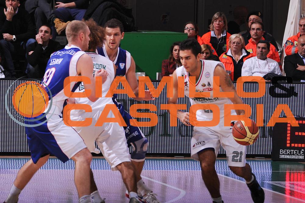 DESCRIZIONE : Siena Lega A 2011-12 Montepaschi Siena Bennet Cantu<br /> GIOCATORE : Pietro Aradori<br /> CATEGORIA : palleggio blocco<br /> SQUADRA : Montepaschi Siena<br /> EVENTO : Campionato Lega A 2011-2012<br /> GARA : Montepaschi Siena Bennet Cantu<br /> DATA : 04/12/2011<br /> SPORT : Pallacanestro<br /> AUTORE : Agenzia Ciamillo-Castoria/GiulioCiamillo<br /> Galleria : Lega Basket A 2011-2012<br /> Fotonotizia : Siena Lega A 2011-12 Montepaschi Siena Bennet Cantu<br /> Predefinita :