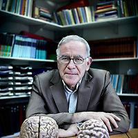 Nederland, Amsterdam , 21 januari 2011..Dick Frans Swaab (Amsterdam, 17 december 1944) is een Nederlandse arts en neurobioloog die bekendheid geniet als hersenonderzoeker. Hij is hoogleraar in de neurobiologie aan de Universiteit van Amsterdam en tot 2006 directeur van het Nederlands Instituut voor Hersenonderzoek van de Koninklijke Nederlandse Akademie van Wetenschappen..Dick Swaab is professor of neurobiology at the University of Amsterdam and former director of the Dutch Institute for Brain Research of the Royal Dutch Academy of Sciences.