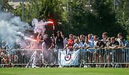 FC Helsingør fans med romerlys under kampen i 2. Division mellem Skovshoved IF og FC Helsingør den 3. august 2019 i Skovshoved Idrætspark (Foto: Claus Birch)