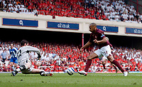 Photo: Daniel Hambury.<br />Arsenal v Wigan Athletic. The Barclays Premiership. 07/05/2006.<br />Arsenal's Thierry Henry rounds Wigan's 'keeper Mike Pollitt to make it 3-2.