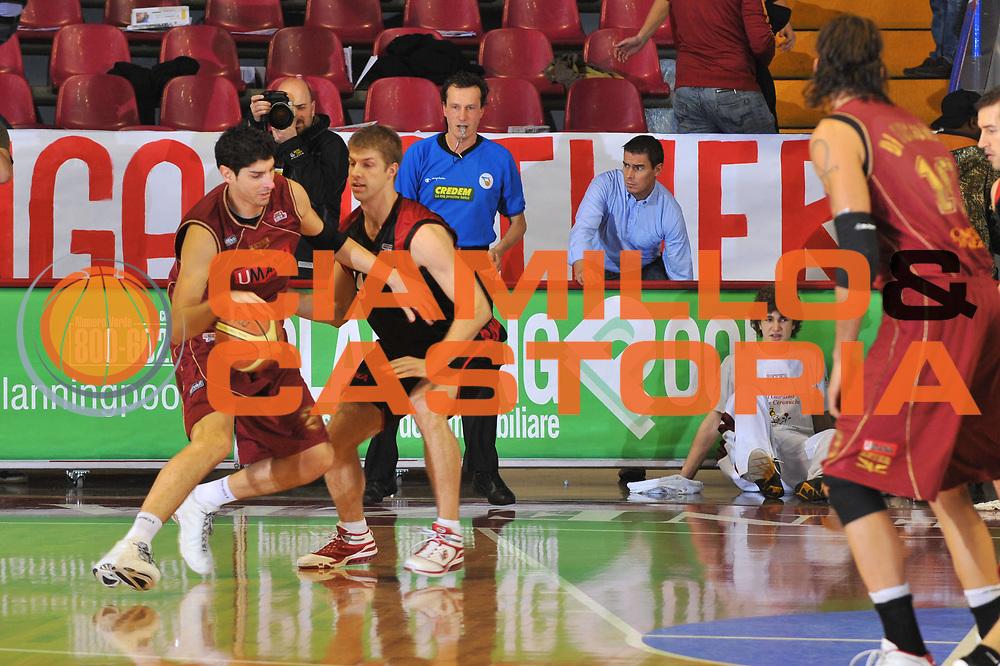 DESCRIZIONE : Venezia Lega A2 2009-10 Umana Reyer Venezia Nuova Pallacanestro Pavia<br /> GIOCATORE : Marco Allegretti<br /> SQUADRA : Umana Reyer Venezia<br /> EVENTO : Campionato Lega A2 2009-2010<br /> GARA : Umana Reyer Venezia Nuova Pallacanestro Pavia<br /> DATA : 15/11/2009<br /> CATEGORIA : Palleggio<br /> SPORT : Pallacanestro <br /> AUTORE : Agenzia Ciamillo-Castoria/M.Gregolin<br /> Galleria : Lega Basket A2 2009-2010 <br /> Fotonotizia : Venezia Campionato Italiano Lega A2 2009-2010 Umana Reyer Venezia Nuova Pallacanestro Pavia<br /> Predefinita :