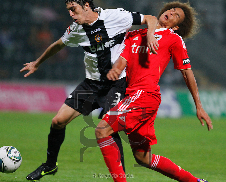 Portugal, Funchal, Madeira : Benfica's midfielder Witsel(L) vies with Nacional's Brazilian defender Felipe Lopes (R) during the Portuguese league football match Nacional Madeira vs Benfica on August 29, 2011 at the Madeira Stadium in Funchal. .PHOTO / GREGORIO CUNHA