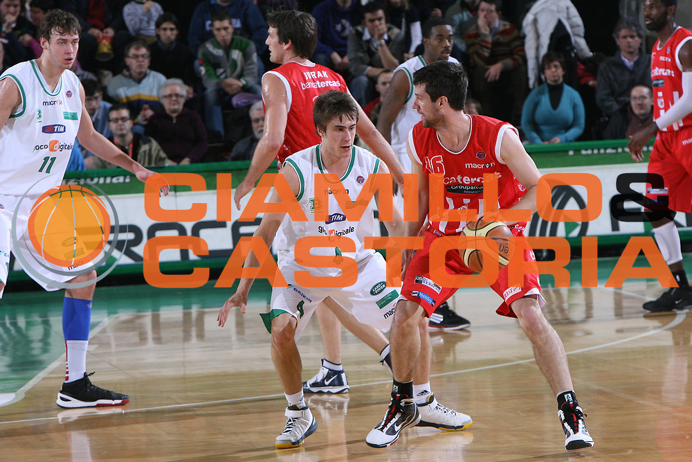DESCRIZIONE : Treviso Lega A 2009-10 Basket Benetton Treviso Banca Tercas Teramo<br /> GIOCATORE : Drake Diener<br /> SQUADRA : Banca Tercas Teramo<br /> EVENTO : Campionato Lega A 2009-2010<br /> GARA : Benetton Treviso Banca Tercas Teramo<br /> DATA : 17/01/2010<br /> CATEGORIA : Palleggio<br /> SPORT : Pallacanestro<br /> AUTORE : Agenzia Ciamillo-Castoria/M.Gregolin<br /> Galleria : Lega Basket A 2009-2010 <br /> Fotonotizia : Treviso Campionato Italiano Lega A 2009-2010 Benetton Treviso Banca Tercas Teramo<br /> Predefinita :