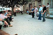 Frankrijk, Carpentras, 1-10-1979Een groepje mannen speelt jeu de boule op een pleintje.Het spel heeft een grote sociale functie als ontmoetingsplaats voor lokale mannenl.Foto: Flip Franssen/Hollandse Hoogte