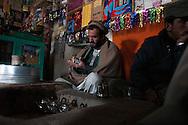 Afghanistan. A TEA HOUSE ìTCHAI KHANAî IN MIR ZAKAH VILLAGE  PAKTIA PROVINCE   Afghanistan   / UN SALON DE THE , ìTCHAI KHANAî DANS LE VILLAGE DE MIR ZAKAH   PROVINCE DU PAKTIA,    Afghanistan  / L0009850
