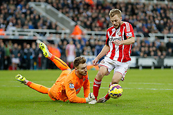 Sebastian Larsson of Sunderland rounds Jak Alnwick of Newcastle United to shoot but somehow pulls his attempt wide - Photo mandatory by-line: Rogan Thomson/JMP - 07966 386802 - 21/12/2014 - SPORT - FOOTBALL - Newcastle upon Tyne, England - St James' Park - Newcastle United v Sunderland - Tyne-Wear derby - Barclays Premier League.