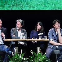 Nederland, Amsterdam , 10 maart 2015.<br /> Debat omtrent z.g. Blooming Cities in Pakhuis de Zwijger.<br /> Blooming Cities #2: Bloeiende scholen.<br /> Hoe maken we scholen groener en slimmer?<br /> Planten hebben aantoonbaar positieve effecten op het leef- en leerklimaat. Veel scholen in de stad zijn dan ook op zoek naar manieren om hun pleinen, lokalen en andere ruimtes groener te maken.<br /> Hoe krijg je je school groener, buiten én binnen? Hoe financier je dat? Hoe betrek je ouders? Hoe regel je als school het onderhoud?<br /> <br /> Deze vragen en succesvolle voorbeelden staan centraal op 10 maart. Pakhuis de Zwijger organiseert samen met Innovatiemotor Greenport Aalsmeer en verschillende partijen uit het Amsterdamse onderwijs en de tuinbouw het programma 'Blooming Cities': Bloeiende scholen - Hoe maken we scholen groener en slimmer?<br /> De tuinbouw laat groene oplossingen zien voor scholen met bijvoorbeeld groene schoolpleinen, plantenwanden, schooltuinen, groene daken, luchtzuiverende planten en nieuwe concepten voor leren met bloemen en planten. Zo kunnen stad en tuinbouw samen werken aan groener en slimmer onderwijs.<br /> Op de foto: Aan de discussie tafel zitten v.l.n.r. Carel Krol (docent biologie, Clusius College, groene vmbo opleiding), Nico Moen (schoolleider bedrijfsvoering & communicatie IJburg College Amsterdam), Agnes van den Berg (omgevingspsycholoog, hoogleraar beleving en waardering van natuur en landschap aan de Rijksuniversiteit Groningen) en Rik Kuiper (Eigenaar EduScience, coördinator wetenschap, natuur en technologie Daltonschool Neptunus)<br /> Foto:Jean-Pierre Jans