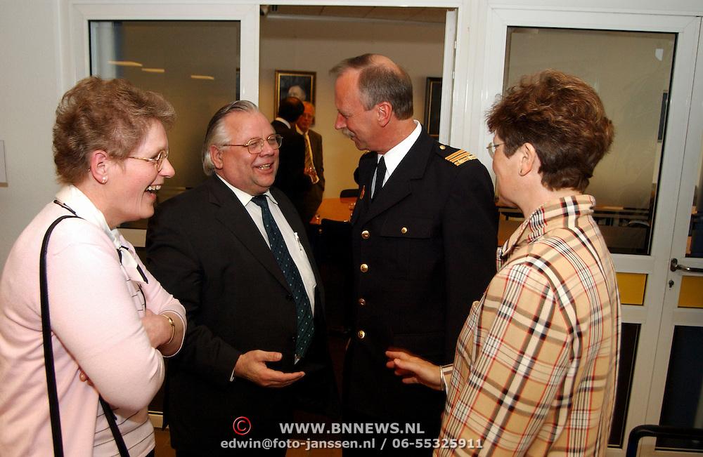 Afscheid brandweercommandant Evert van Vliet, nieuwe baas Cees Teeuwissen feliciteert hem