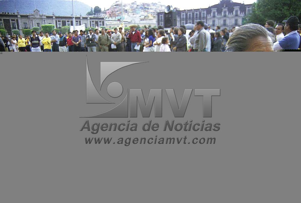 Toluca, Méx.- Cerca de 200 vendedores ambulantes se manifestaron frente al palacio muncipal en demanda de la regularización de los espacios comerciales así como la destitución de Juan José Mercado  jefe de inspectores municipales. Agencia MVT/ Mario B. Arciniega