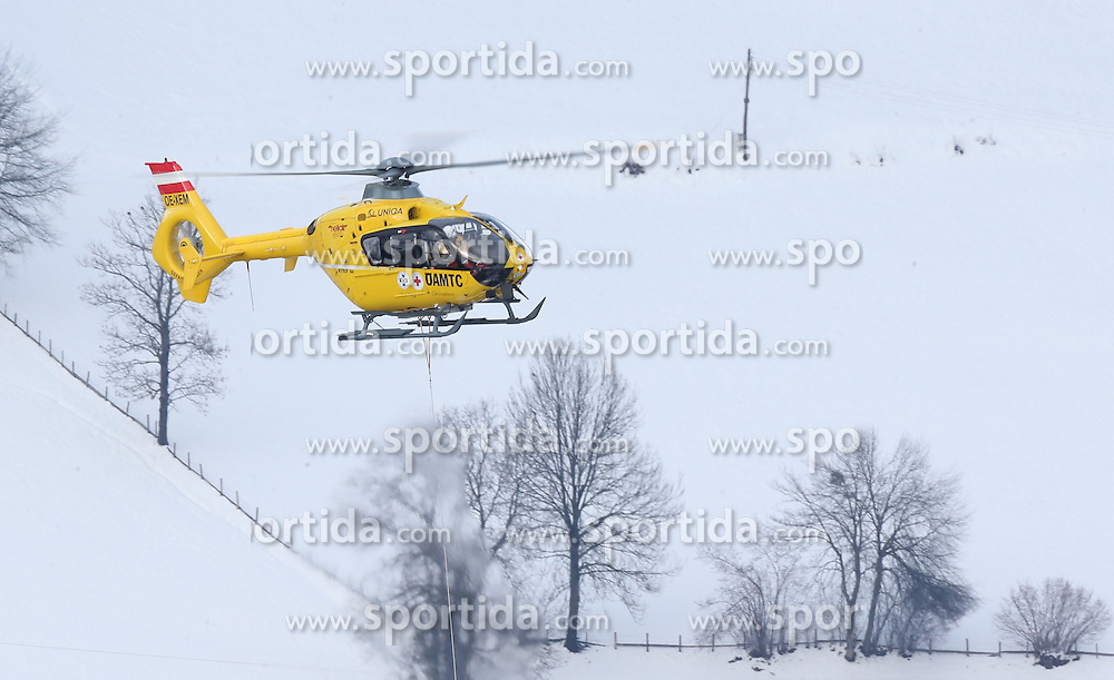 05.02.2013, Planai, Schladming, AUT, FIS Weltmeisterschaften Ski Alpin, Super G, Damen, im Bild die Bergung der verletzten Lindsey Vonn (USA) per Hubschrauber // the rescue of the injured Lindsey Vonn of United States with a Helicopter during ladies SuperG at the FIS Ski World Championships 2013 at the Planai Course, Schladming, Austria on 2013/02/05. EXPA Pictures © 2013, PhotoCredit: EXPA/ Johann Groder