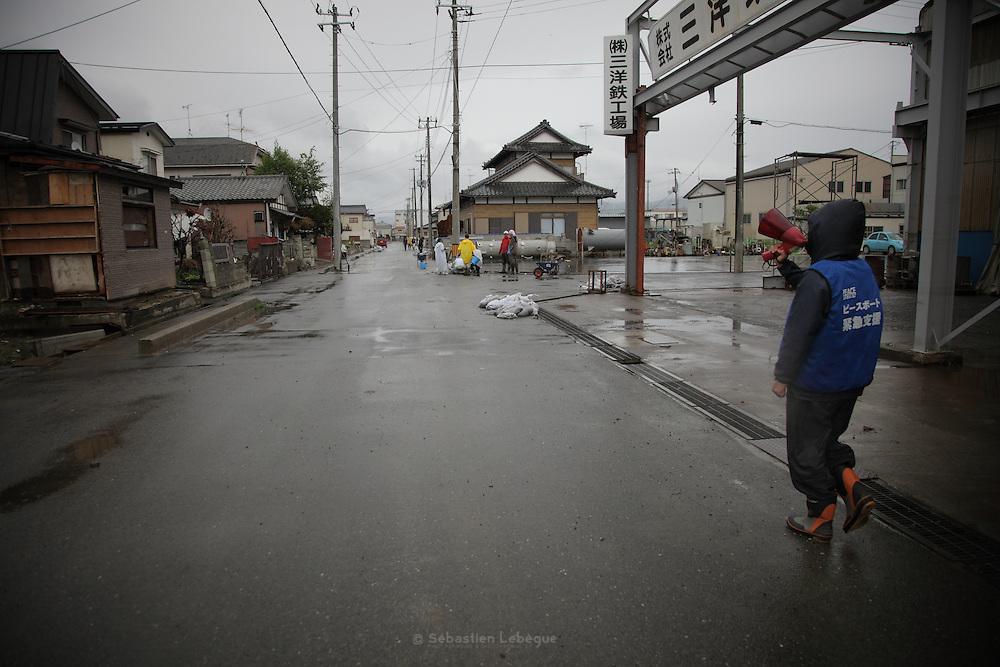 Plus personne ne vit dans ce quartier, mais un appel est lancé aux anciens résidents éventuellement présent sur les lieux.  Les personnes souhaitant avoir de l'aide des volontaires pour nettoyer et assainir les maison doivent se faire connaitre au centre Minato Shogakko.
