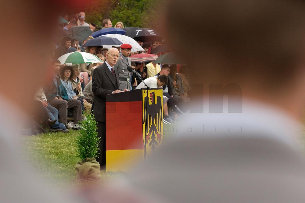 06 MAY 2004, ORANIENBURG/GERMANY:<br /> Peter Struck, SPD, Bundesverteidigungsminister, waehrend einem oeffentlichen Geloebnis von Grundwehrdienstleistenden der Bundeswehr, Schlosspark, Oranienburg<br /> Peter Struck, Federal Minister of Defense, during a swearing-in ceremony of the federal armed forces<br /> IMAGE: 20040506-02-008<br /> KEYWORDS: Vereidigung, &ouml;ffentliches Gel&ouml;bnis, rede, speech
