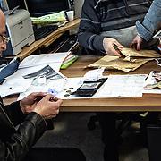 Mohamed regarde un petit morceau de papier qui était dans une poche du portefeuille de Bilal; il s'agit du numéro de téléphone d'une sœur qui vit en Swede