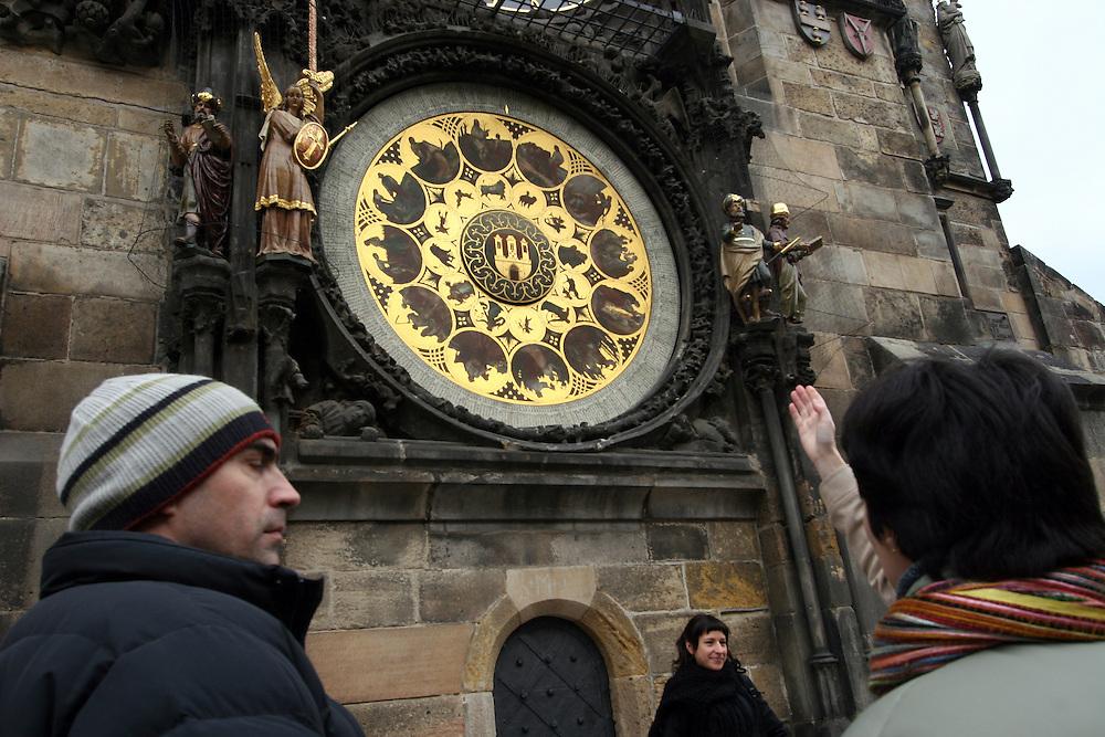 Touristen auf dem Altst&auml;dter Ring vor dem Altst&auml;dter Rathaus (Staromestska radnice) mit einem Teil der Aposteluhr (Orloj). Diese wurde gegen Ende des 15. Jahrhunderts vom Astronomen Magister Hanusch vollendet. <br /> <br /> Tourists in front of one part of the Prague Astronomical Clock (Orloj) on the southern wall of the Old Town City Hall and the Old Town Square.