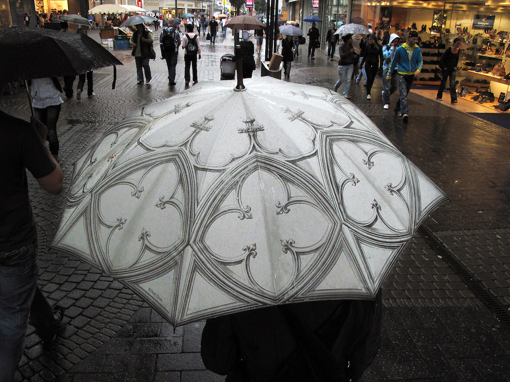 Koeln Stadtansicht Deutschland Schirm Regenschirm Wetter Regen Schirm Umbrella Parasol..From the series 'Umbrellas' © Stefan Falke.