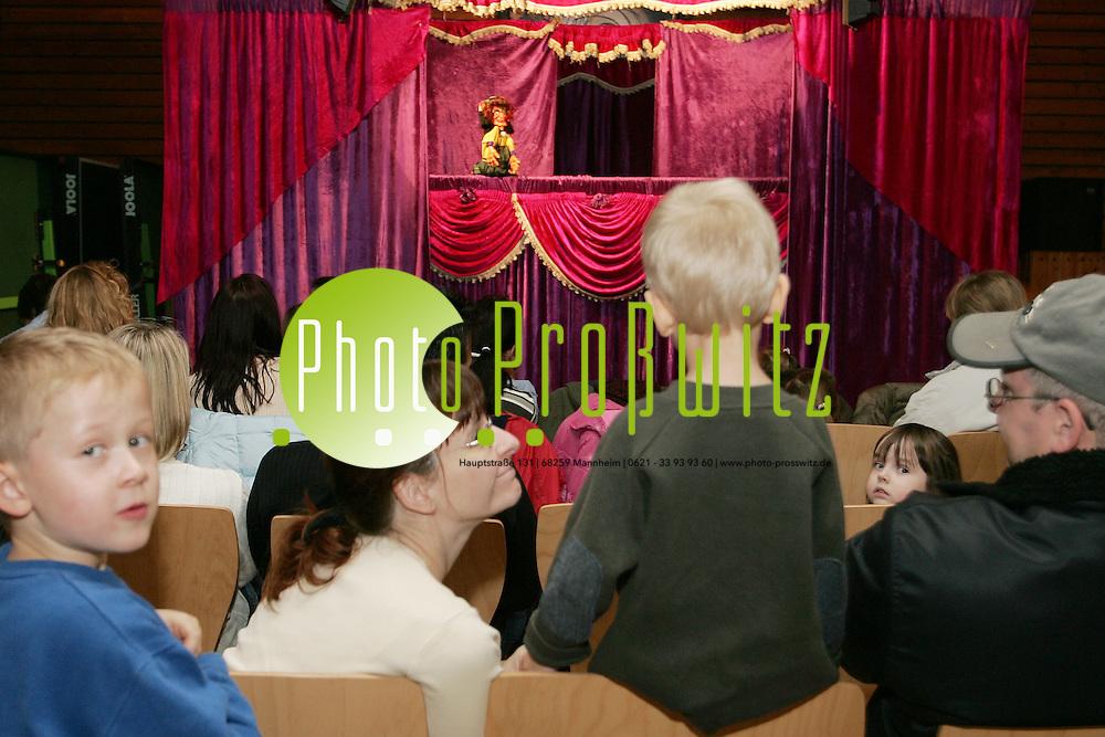 Mannheim. K&auml;fertal. Gemeindehaus St. Hildegard. Kasperle Theater mit Schnappi dem Krokodil und der Hexe.<br /> <br /> Bild: Markus Pro&szlig;witz<br /> ++++ Archivbilder und weitere Motive finden Sie auch in unserem OnlineArchiv. www.masterpress.org ++++