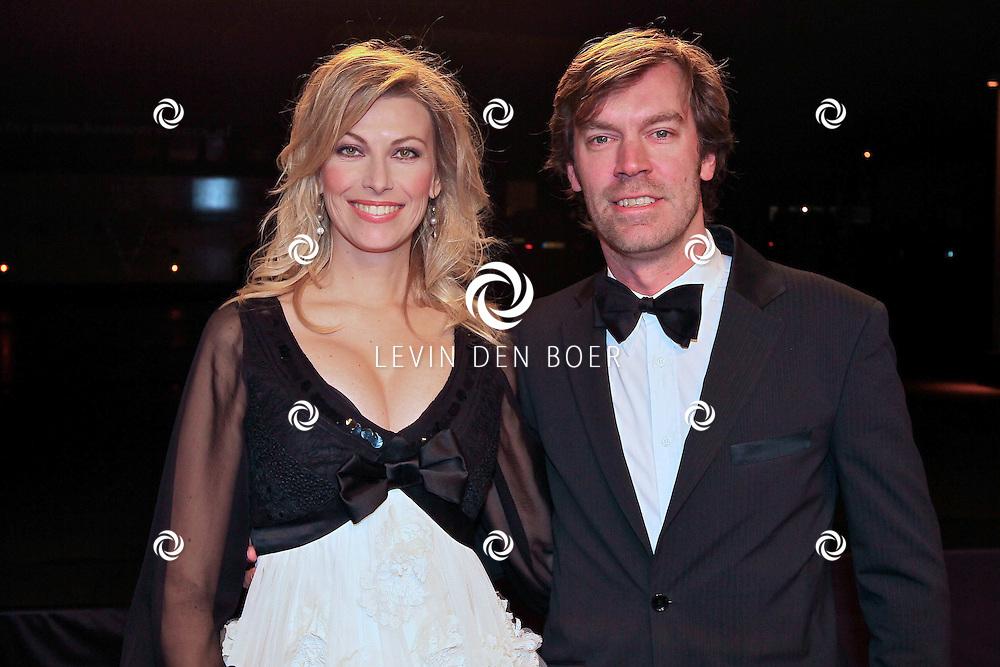 KATWIJK - Susan Smit en partner Peter Veldhoven zaterdag op de oranje loper van de galapremiere van Soldaat van Oranje - de Musical in de Theater Hangaar op de oude vliegbasis Valkenburg bij Katwijk. FOTO LEVIN DEN BOER - PERSFOTO.NU