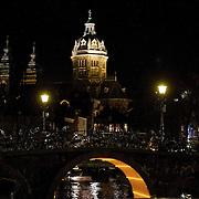 In de periode van 6-12-2013 tot en met 19-01-2014 toont het Amsterdam Light Festival een collectie werken van nationale en internationale kunstenaars, die zich bezig hebben gehouden met het thema Building with Light. Op de foto en onder de brug het kunstwerk Light Circle aan de Oudezijds Voorburgwal.