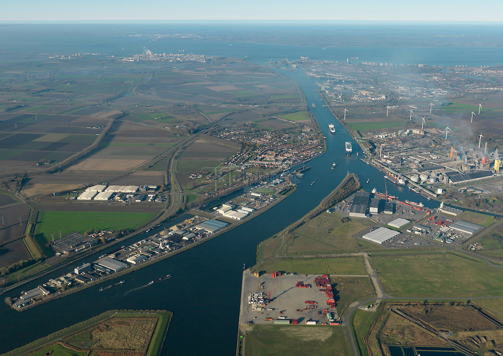 Kanaalzone met het kanaal van Gent naar Terneuzen met op de voorgrond kanaaleiland en Axelse vlakte met in de achtergrond het sluizencomplex en Westerschelde